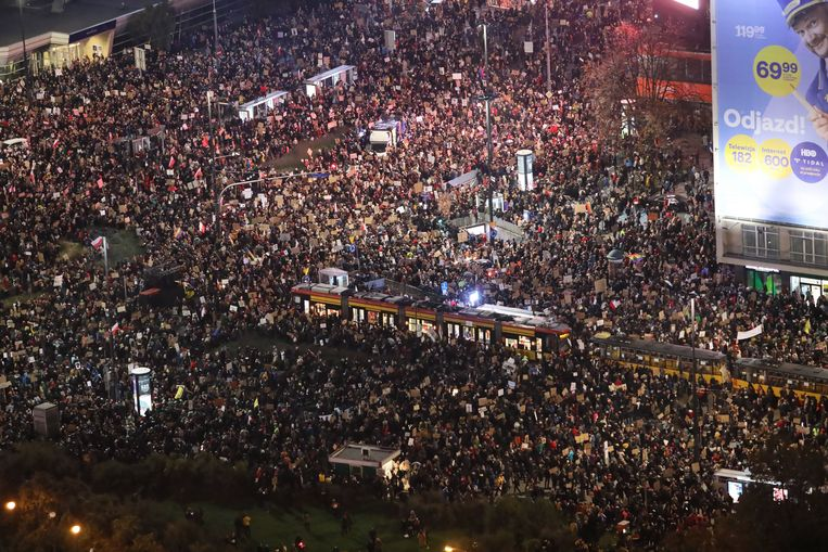 Tienduizenden mensen protesteerden afgelopen vrijdag in Warschau.  Beeld EPA