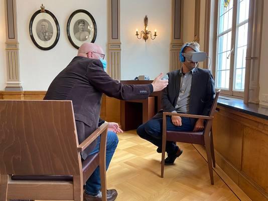 Vrijwilliger Marcel Eijkemans (links) presenteerde de dementiebril deze week in Veghel aan wethouder Menno Roozendaal van Meierijstad.