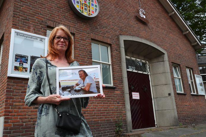 Babs van der Graaf met een foto van haar partner Frans.
