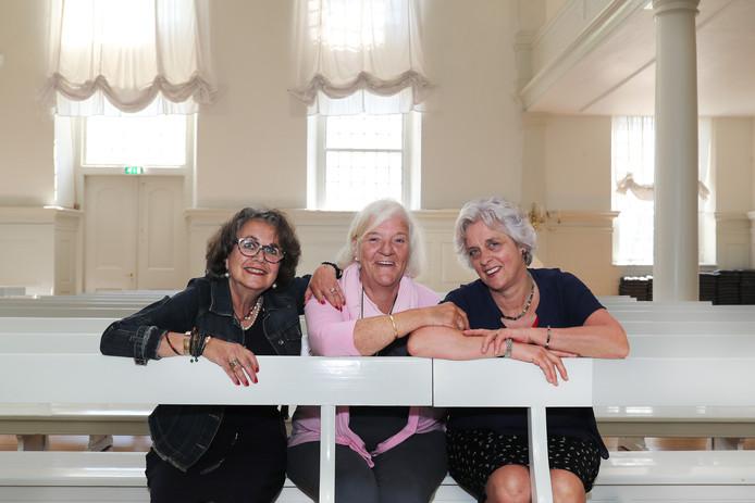 Gwen Johannes-Kramer, Anna den Dekker-Stam en Talitha Kelderman-Van der Biezen (v.l.n.r.) op de bank in de kerkzaal waar ze altijd zaten.