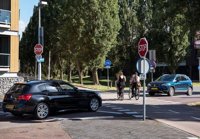 De gevaarlijke kruising Musicalkade/Rijnkennemerlaan waar veel ongevallen plaatsvinden tussen auto's en tweewielers. Afgelopen week was het weer raak