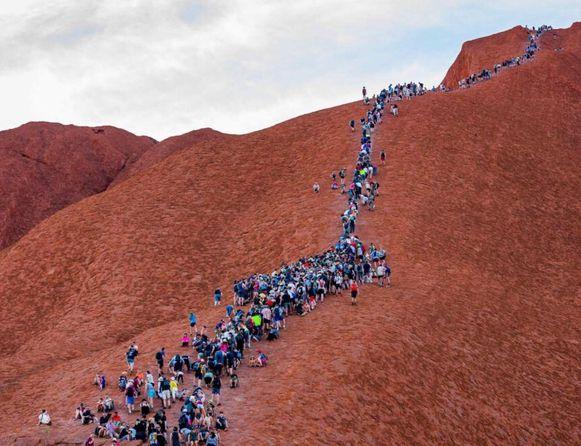 Uluru is een heilig gebied van de Anangu. Zij beschouwen het beklimmen van de formatie als onrespectvol.