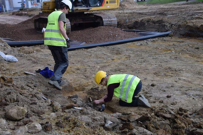 Archeologen kwamen het graf onderzoeken.