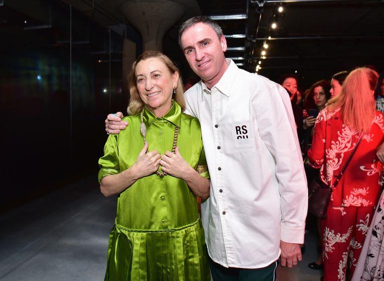 Designers Miuccia Prada en Raf Simons op de 'Prada Resort 2019'-modeshow, in mei 2018 in New York. Beeld AFP