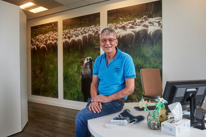 Huisarts Wim de Grauw gaat met pensioen. Op de foto in zijn werkkamer met de foto van zijn hond met schapen.