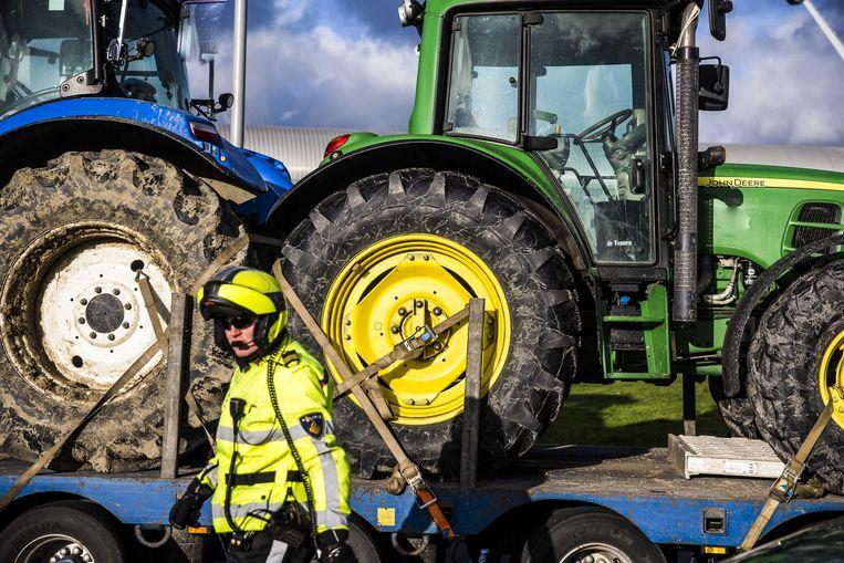 Archiefbeeld. Groningse boeren en hun tractoren worden door de politie van de weg geleid (2018). Beeld ANP