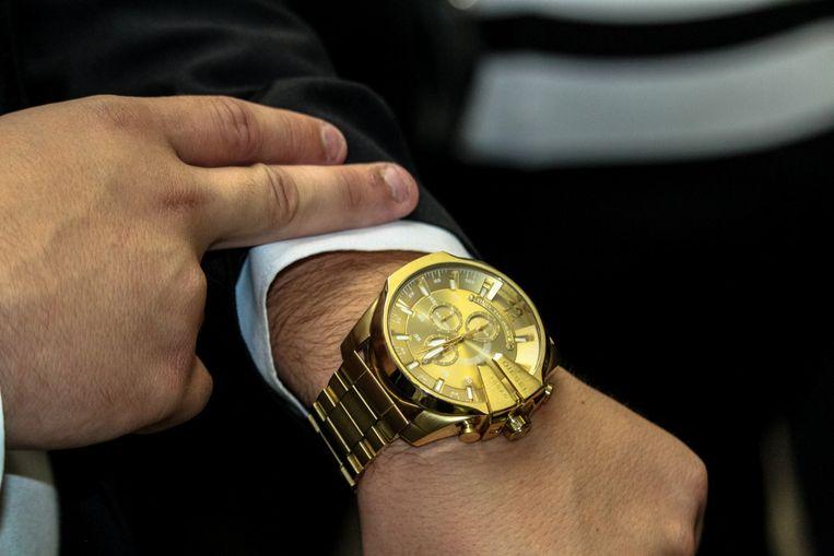 golden watch on wrist Beeld pxhere