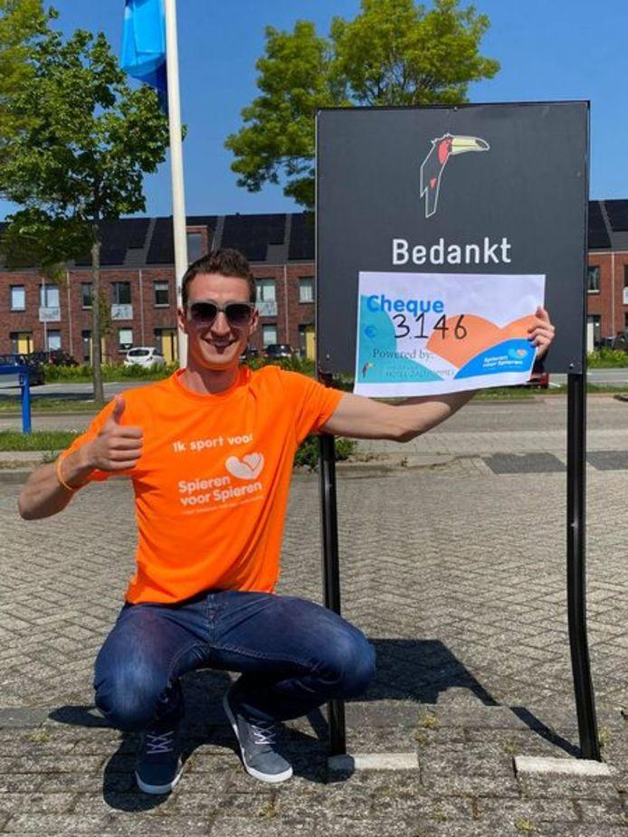 Ruben Boutens laat trots de opbrengst voor de stichting Spieren voor Spieren zien.