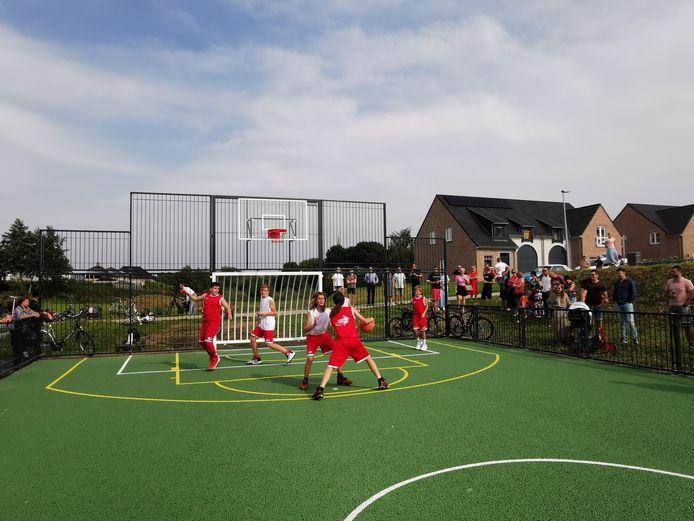Stad Poperinge investeerde in een mooie groenzone en een omnisportveld in de Rederijkerswijk. De basketbalclub van Poperinge verzorgde een demonstratiewedstrijdje en achteraf werden alle inwoners nog getrakteerd op een drankje.