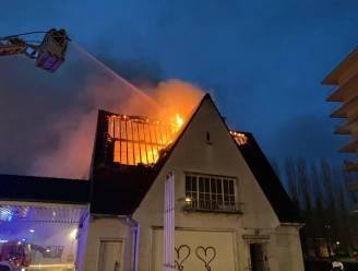 Brand slaat over op dak van naastgelegen gebouw