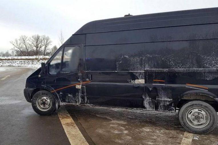 De achtergelaten bestelwagen met gesmokkelde mensen nabij Brannenburg in Beieren. Beeld Bundespolizei
