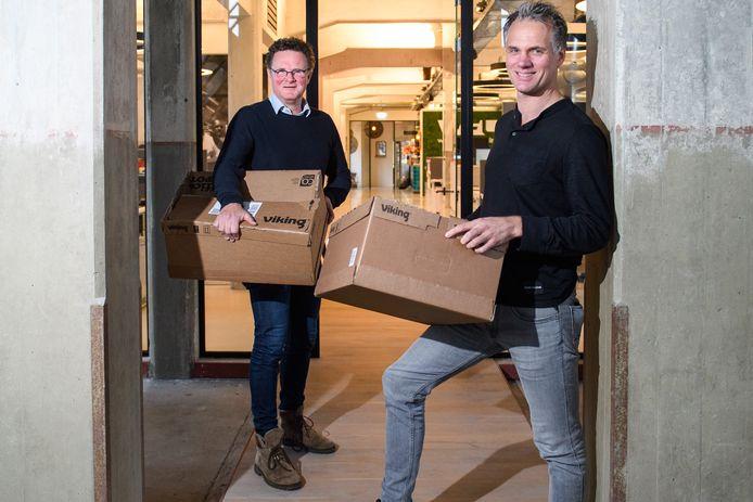 Raymond en Brian Wegdam met dozen ingeleverde spullen voor Sierra Leone voor hun Haaksbergse bedrijf. Ook via sportclubs in Rietmolen, Lochuizen en Neede wordt bijgedragen.