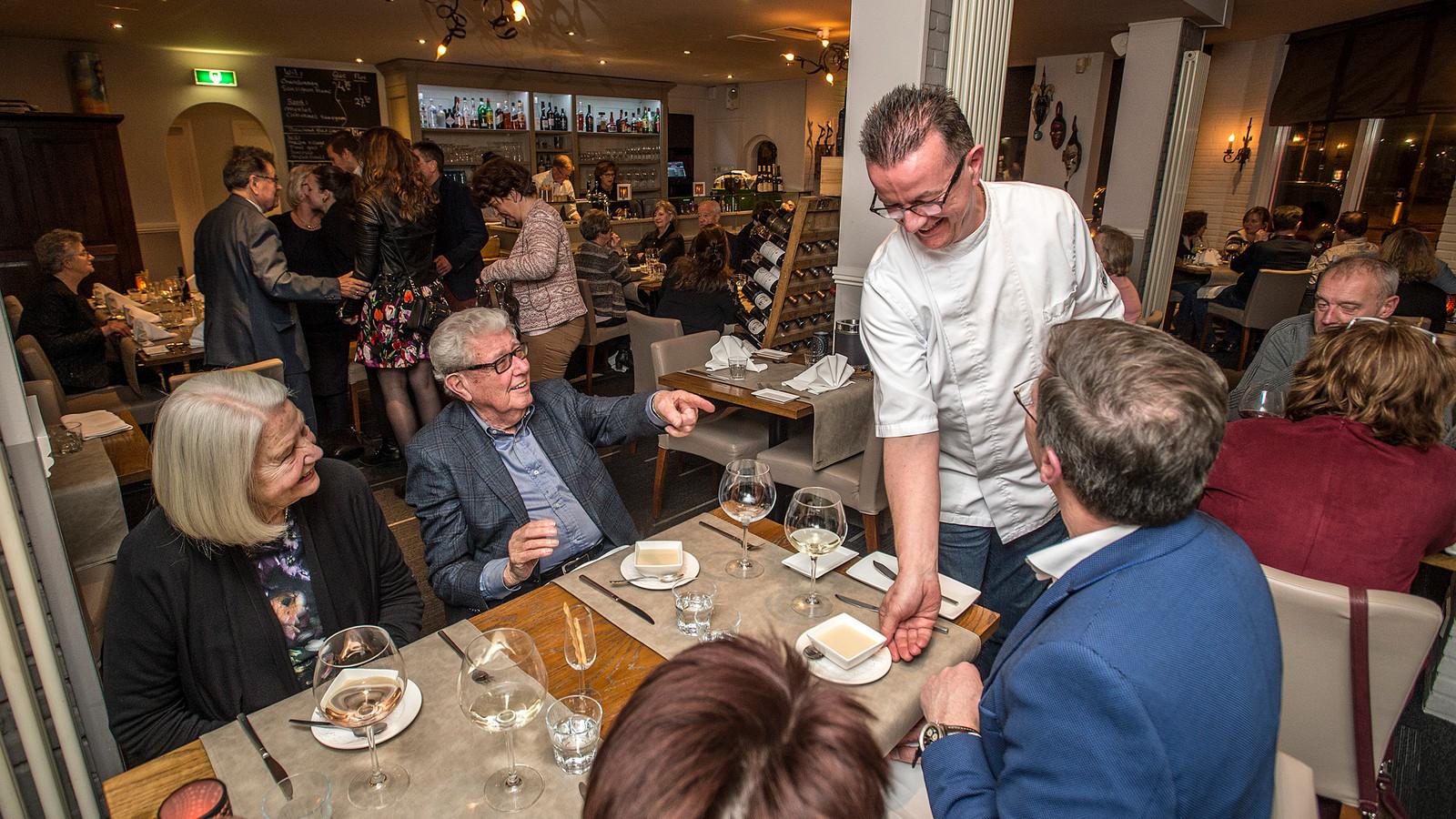 Eigenaar en chefkok Albert Kiekens serveert een soep uit.