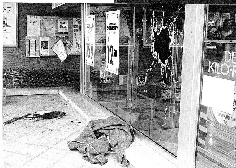 Een kapotgeschoten raam getuigt van de overval op de Delhaize van Aalst op 9 november 1985. De Bende van Nijvel doodde 28 mensen tussen 1982 en 1985 bij overvallen op – vooral – grootwarenhuizen. Beeld
