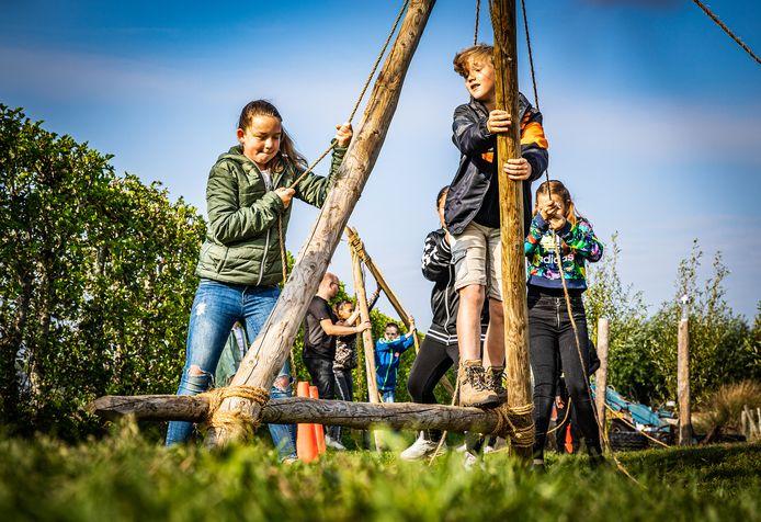 Kinderen spelen op de stormbaan bij het Wellant College in Klaaswaal.