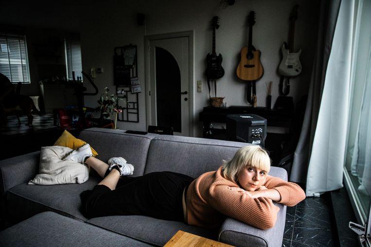 Toen ze 17 was, werd Ayke Gubbels slachtoffer van een groepsverkrachting. In 2019 startte ze PUNT.vzw, een eerstelijnsorganisatie voor slachtoffers van seksueel geweld. Beeld Aurélie Geurts