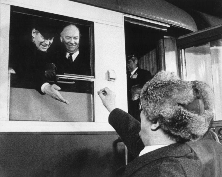 SED-leider Erich Honecker (R) geeft een snoepje van een kerstmarkt aan de toenmalige Duitse federale kanselier Helmut Schmidt (L) na zijn bezoek aan de Duitse Democratische Republiek (DDR), 13 December 1981. Beeld EPA