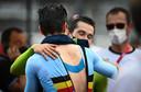Een knuffel tussen ploegmaats Roglic en Van Aert