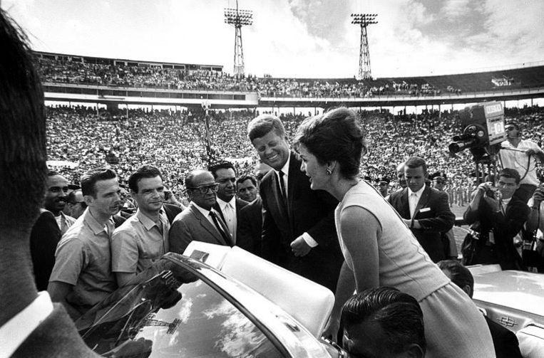 President Kennedy en zijn vrouw Jacky samen met onder anderen de voormalige Cubaanse president Jose Miro Cardona nadat hij de Cubaanse invasiebrigade heeft toegesproken in een stadion in Miami, Florida. Beeld EPA