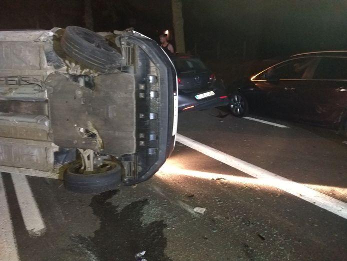 Door de klap kantelde de wagen van de roekeloze automobilist.
