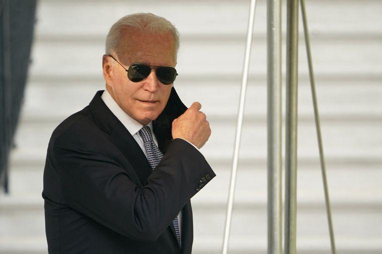 De Amerikaanse president Joe Biden vrijdag in de tuin van het Witte Huis voordat hij met de presidentiële helikopter Marine One vertrok naar het buitenverblijf Camp David. Beeld AFP