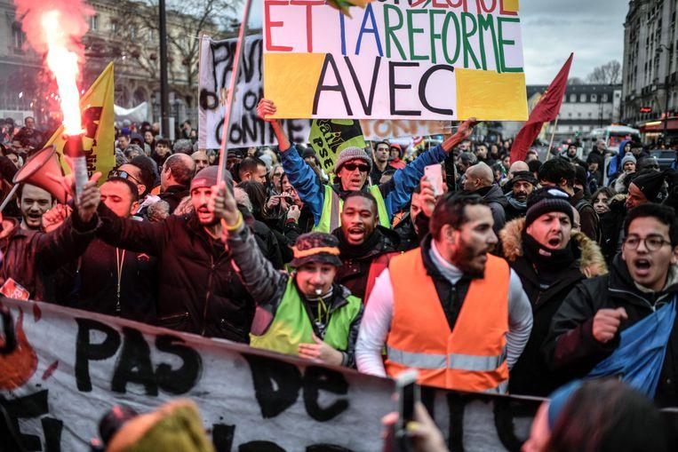 In Parijs kwamen  enkele honderden mensen op straat om hun steun voor de staking uit te drukken.