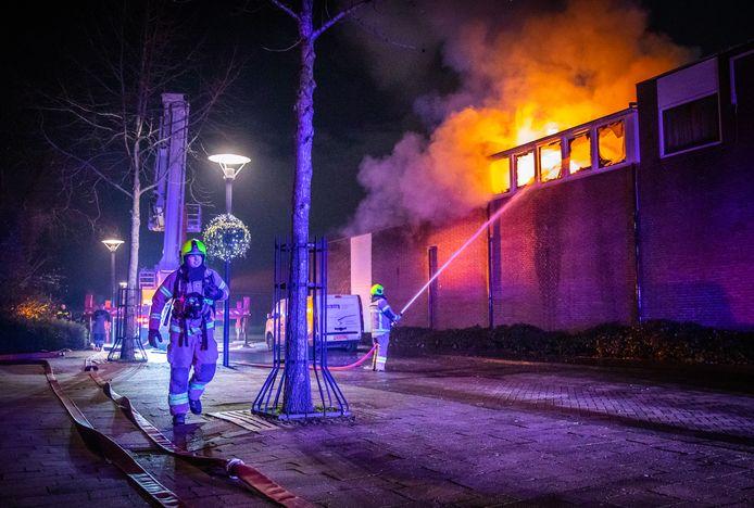 Middelbrand op dakterras van woning op het Oranjeplein in Puttershoek. De brandweer heeft groot ingezet om de brand onder controle te krijgen. oudjaar, oud en nieuw, brand, puttershoek, oranjeplein, oudjaarsavond, vuurwerk
