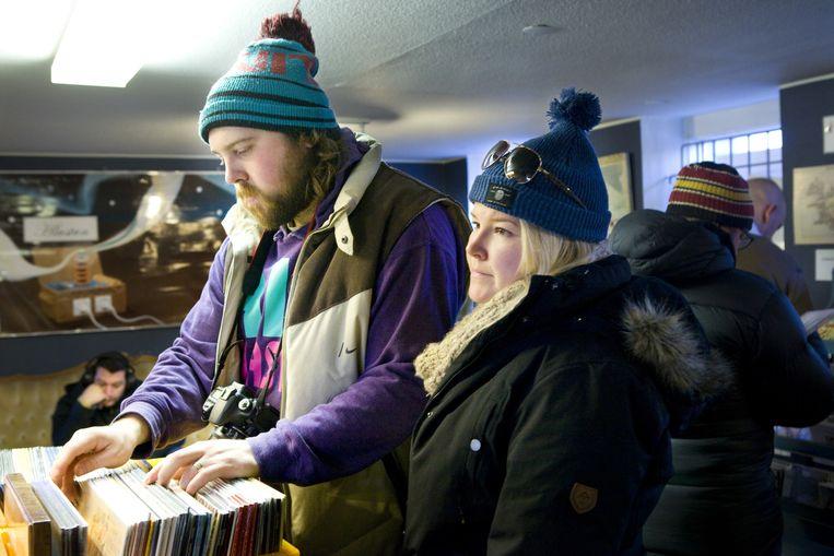 Klanten zoeken platen in 12 Tónar, een van de grootste muziekwinkels in Reykjavik. Beeld Io Cooman