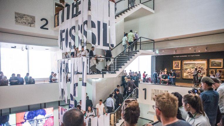 12 meter lange banners met de tekst 'End the fossil fuel era now' waren in het Van Gogh Museum te zien. Beeld Joris van Gennip