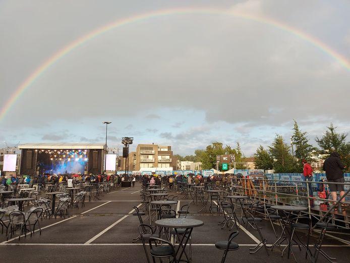 Regenboog boven het podium op de Grote Kaai.