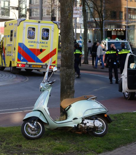 Scooterrijdster geschept door bestelbus op rotonde Spuiboulevard