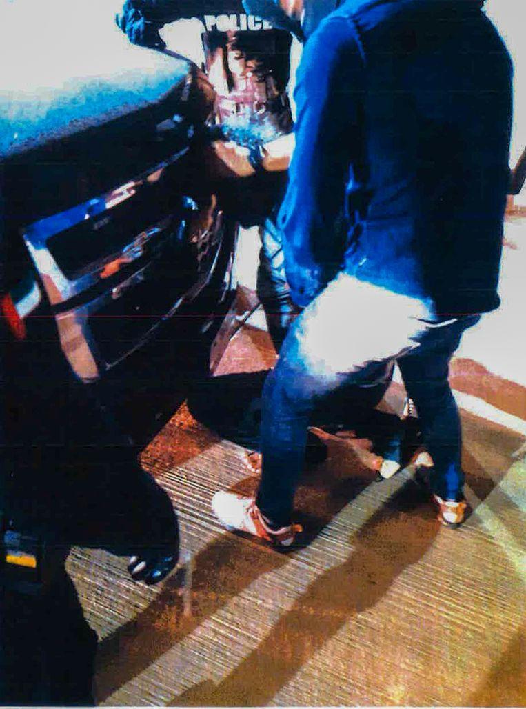 Ridouan Taghi wordt tegen een SUV aangezet, waarna hij in een vliegtuig wordt gezet dat hem naar Nederland vliegt. Beeld Marengo-dossier
