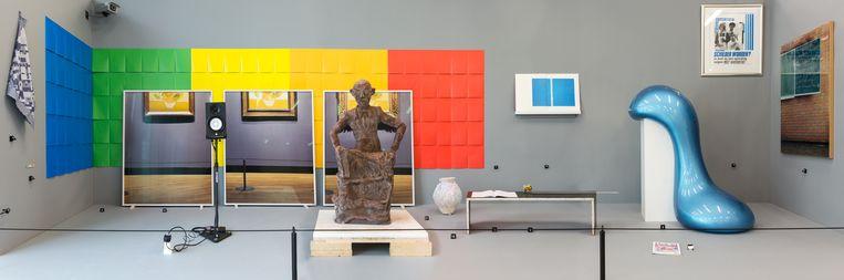 De opstelling van tijdcapsule V: Postisms, met in het midden het chocoladebeeld van Mablala, Bismar en Martens en rechts ernaast Rietvelds bankje.  Beeld Franz Mueller Schmidt