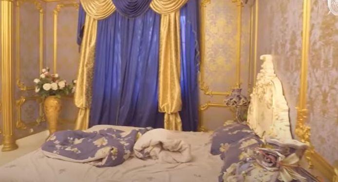 Ook in de slaapkamer is het gouden patroon doorgezet
