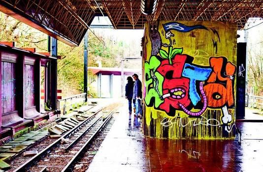 Graffitikunstenaars brengen kleur in het verlaten metrostation Chet.