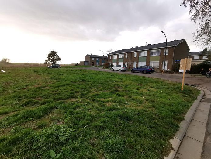 Op deze lap grond aan de Beneluxlaan in Lembeek wil de sociale huisvestingsmaatschappij nieuwe sociale woningen bouwen.
