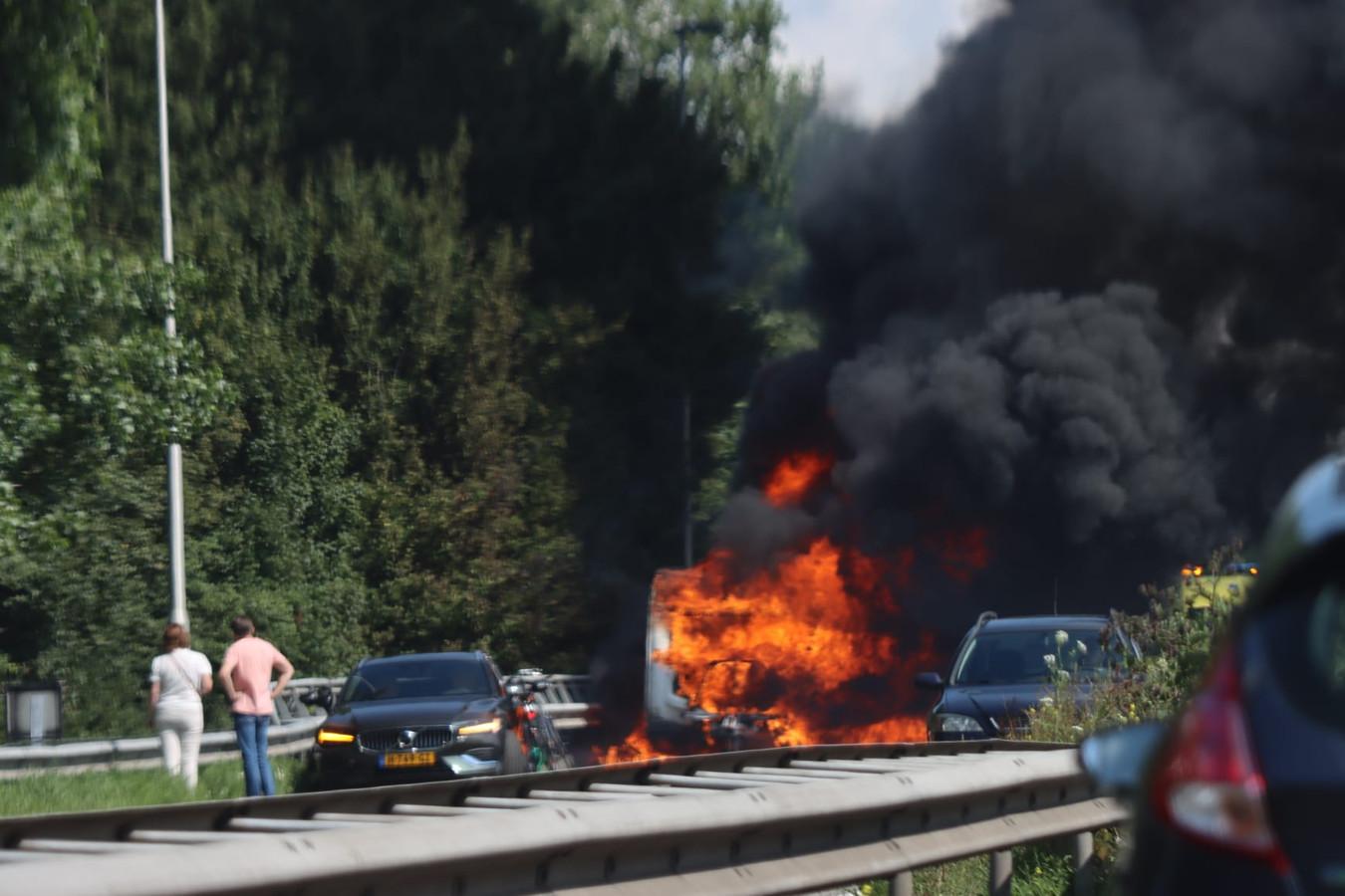 De caravan brandde volledig uit.