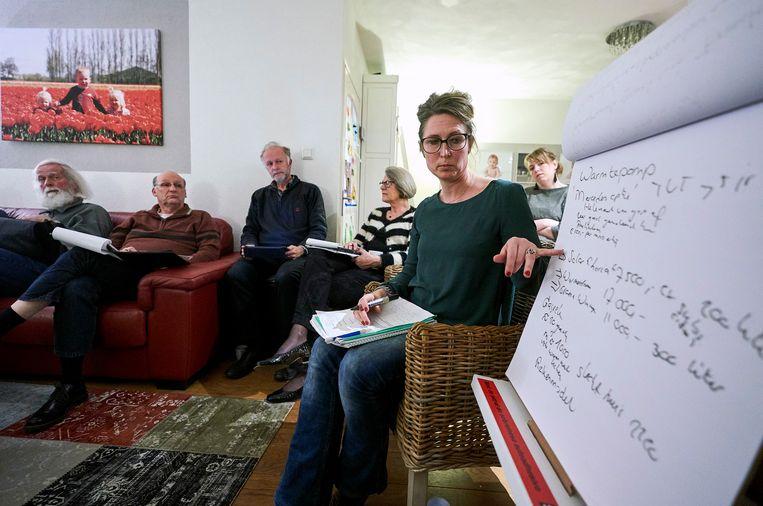 Bewoners van Sassenheim zijn bij elkaar voor een KlimaatGesprek, een avond om te praten over de verduurzaming van hun woning.  Beeld Phil Nijhuis
