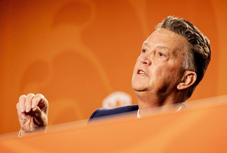 Louis van Gaal doceert als vanouds bij zijn presentatie als bondscoach van het Nederlands elftal. Beeld ANP