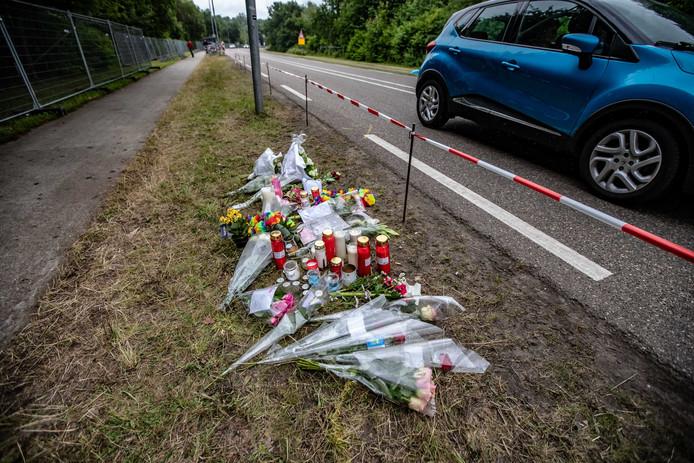 Bloemen en kaarsen in de berm van de Mensheggerweg waar de dodelijke aanrijding na Pinkpop plaats vond.