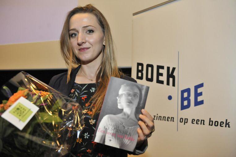 Alicja Gescinska met haar boek 'Een soort van liefde'.