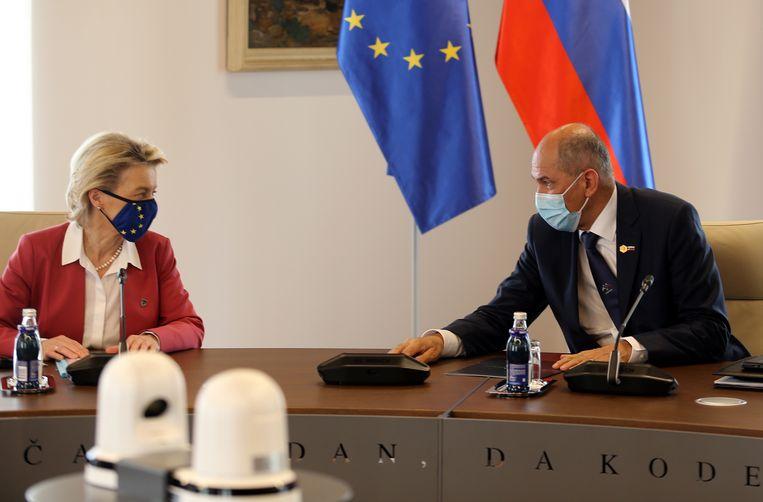 Commissievoorzitter Ursula von der Leyen en de Sloveense premier Janez Jansa in Slovenië, 1 juli 2021. Beeld EPA