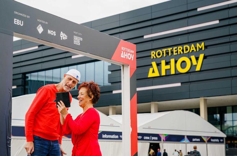 Songfestival-fans gaan op de foto voor Ahoy, daags voor de eerste halve finale. Beeld ANP