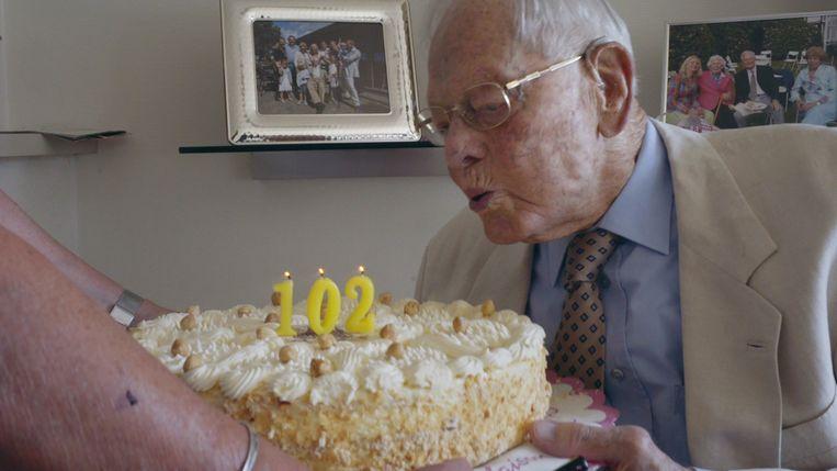 Still uit 100Up: Hans Maier viert zijn 102de verjaardag.  Beeld