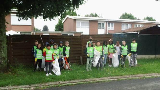 Leerlingen basisschool De Lettertuin ruimen zwerfvuil in wijk Groeneweg