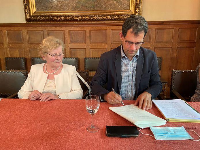 Lex Vorsselmans, algemeen directeur van Ter Loke, ondertekent de akte voor de verkoop