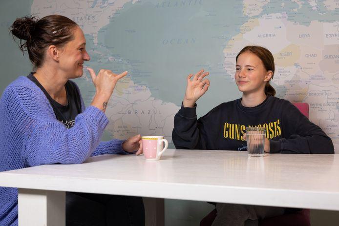 Mae van de Loo in gesprek met haar moeder Mieke van Uden aan de keukentafel thuis in Schijndel.