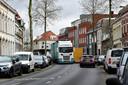 Aan de kant! Want weer negeert een vrachtwagen het verbod zoals hier op de Auvergnestraat.