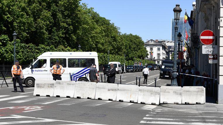 Een politieblokkade aan de Amerikaanse ambassade. Beeld BELGA