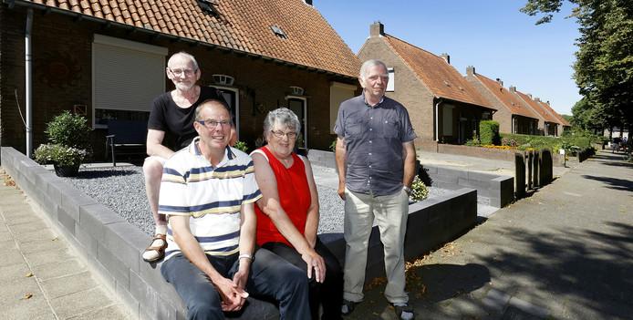 Jan van de Veer, Huub Vervoort en zijn vrouw en Marinus van Oorschot (v.l.n.r.) uit de Hoevenbraaksestraat.